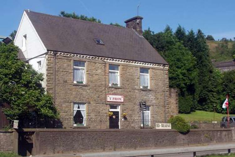 Y Fron Guest House - Image 1 - UK Tourism Online