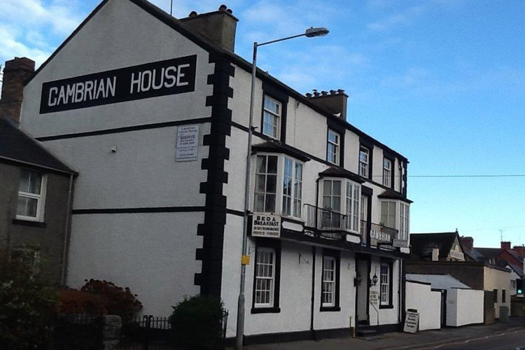 Cambrian House - Image 1 - UK Tourism Online
