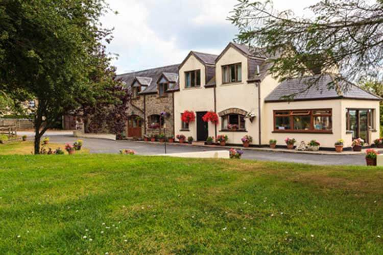 Langdon Farm Guest House - Image 1 - UK Tourism Online